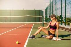Limpeza do jogador de tênis da mulher suada com toalha imagem de stock