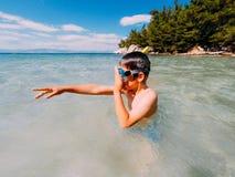 A limpeza do snorkeler do menino googles Fotografia de Stock