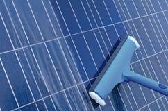 Limpeza dos painéis solares fotografia de stock royalty free