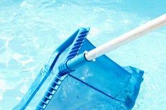 Limpeza e manutenção da piscina com nata plástica azul Foto de Stock Royalty Free