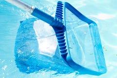 Limpeza e manutenção da piscina com nata plástica azul Imagens de Stock Royalty Free