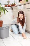 Limpeza Flor da mulher nova Fotografia de Stock