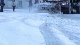 A limpeza mecanizada da neve na cidade video estoque
