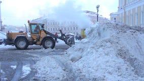 A limpeza mecanizada da neve na cidade vídeos de arquivo