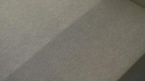 Limpeza molhada do sofá video estoque