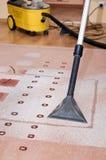 Limpeza profissional do tapete Fotos de Stock Royalty Free
