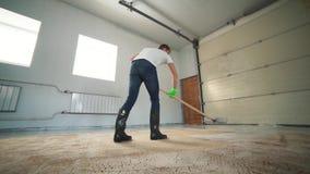 Limpeza profissional do tapete O homem limpa o tapete sujo Limpa a espuma após a limpeza filme