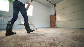 Limpeza profissional do tapete O homem limpa o tapete sujo Limpa a espuma após a limpeza vídeos de arquivo