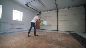 Limpeza profissional do tapete O homem limpa o tapete sujo Limpa a espuma após a limpeza Atapete a limpeza com elétrico vídeos de arquivo