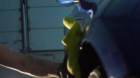 Limpia el coche con un paño almacen de video