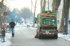 Limpiador de calle en ciudad Fotos de archivo libres de regalías