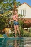Limpiador de la piscina en el trabajo Imágenes de archivo libres de regalías