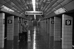 Limpiador de NYC que limpia el subterráneo Imagen de archivo libre de regalías