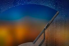 Limpiador del coche con descenso sobre el vidrio Fotos de archivo libres de regalías