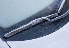 Limpiador del coche en nieve del invierno foto de archivo