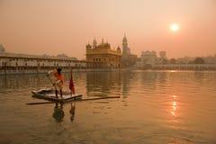 Limpiador en el templo de oro, Amritsar de la encuesta Fotos de archivo