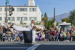 Limpiador voluntario en Rose Parade famosa Foto de archivo
