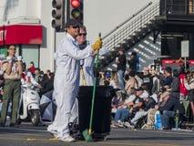 Limpiador voluntario en Rose Parade famosa Imagenes de archivo