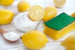 Limpiadores, bicarbonato de sosa y limón orgánicos fotografía de archivo libre de regalías