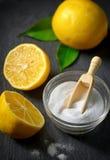 Limpiadores con bicarbonato y el limón de sosa imagenes de archivo