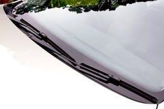Limpiadores de parabrisas en la posición de reclinación respecto al parabrisas Foto de archivo