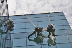 Limpiadores de ventana en el edificio de oficinas, foto tomada 20 05 2014 foto de archivo libre de regalías