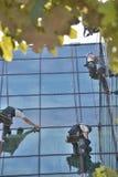 Limpiadores de ventana en el edificio de oficinas, foto tomada 20 05 2014 imagenes de archivo