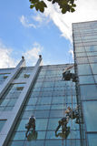 Limpiadores de ventana en el edificio de oficinas, foto tomada 20 05 2014 fotografía de archivo libre de regalías