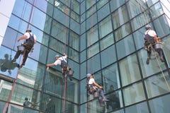 Limpiadores de ventana en el edificio de oficinas, foto tomada 20 05 2014 Imagen de archivo