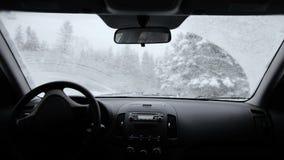 Limpiadores del coche rápido durante una nevada metrajes
