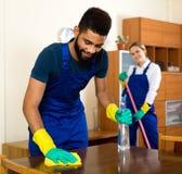 Limpiadores positivos que limpian y que sacan el polvo Fotografía de archivo