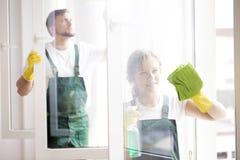 Limpiadores profesionales que limpian ventanas Fotos de archivo libres de regalías