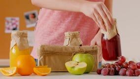 Limpiamiento de dieta de la caja fresca del smoothie de las botellas de la mujer metrajes