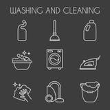 Limpiando, línea iconos del lavado La lavadora, la esponja, la fregona, el hierro, el aspirador, la pala y el otro icono clining  Fotografía de archivo libre de regalías