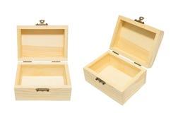 Limpie el aislamiento de madera abierto vintage del pecho del cajón de la caja en el blanco, soldado enrollado en el ejército Imagen de archivo libre de regalías