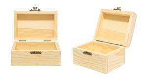 Limpie el aislamiento de madera abierto vintage del pecho del cajón de la caja en el blanco, soldado enrollado en el ejército Foto de archivo libre de regalías