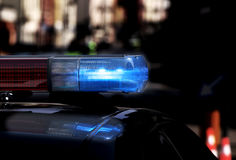 Limpie el coche patrulla con las luces que destellan y la sirena encendido durante la n Fotos de archivo libres de regalías