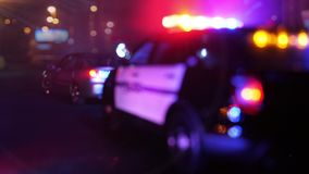Limpie el coche patrulla en la escena del defocus de la lente óptica de la emergencia almacen de metraje de vídeo