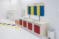 Limpie el cuarto de baño en público Imagenes de archivo