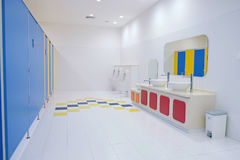 Limpie el cuarto de baño en público Foto de archivo libre de regalías