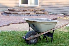 Limpie el edificio del patio con el barril y las herramientas Foto de archivo