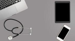Limpie el escritorio gris con el equipamiento médico Fotos de archivo