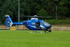 Limpie el helicóptero azul con la bandera checa en CÉSPED Imagen de archivo