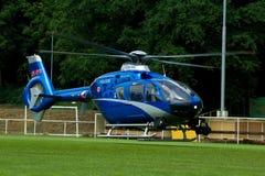 Limpie el helicóptero azul con la bandera checa en CÉSPED Imagen de archivo libre de regalías