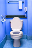 Limpie el hotel interior azul del servicio del wc del lavabo del cuenco del asiento de inodoro Imagen de archivo