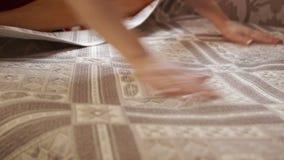 Limpie el lino en la cama almacen de metraje de vídeo