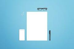 Limpie el papel con el teléfono elegante, los vidrios, la pluma y los clips de papel por otra parte Imagenes de archivo