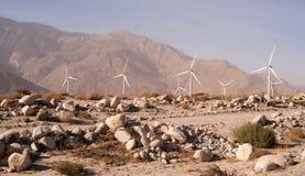 Limpie el poder alternativo verde del desierto de las turbinas de viento de la energía Foto de archivo
