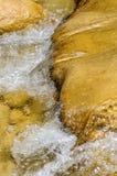 Limpie el río de la montaña Foto de archivo libre de regalías