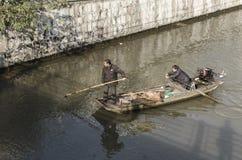 Limpie el río un par de basura Fotos de archivo